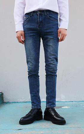 大堂的修身直筒牛仔裤