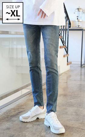 深蓝色水洗牛仔裤