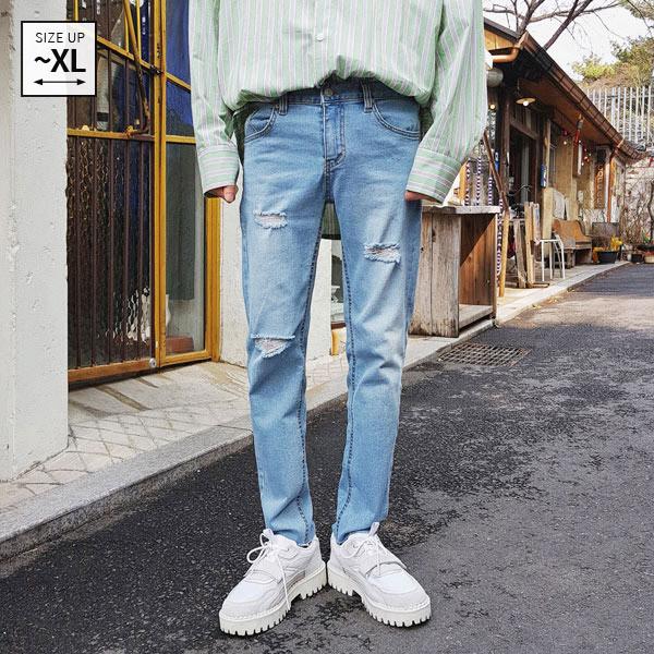 损坏浅蓝色牛仔裤
